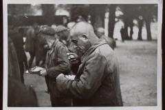 San Pedro de Cardeña 22 de septiembre de 1938. Prisioneros internacionales a la hora del rancho. / San Pedro de Cardeña September 22, 1938. International prisoners at the time of the ranch.