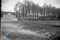 Casa del guarda y presa denominada de Conde (Al fondo Palacio y cocheras) (AMB., FC-0592)