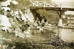 Lavanderas en el río Arlanzón, junto al puente de Santa María.