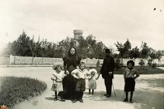 La familia Cortés Echanove en el Paseo de la Isla.
