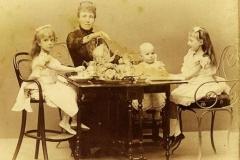 5. la reina maria cristina con sus hijos